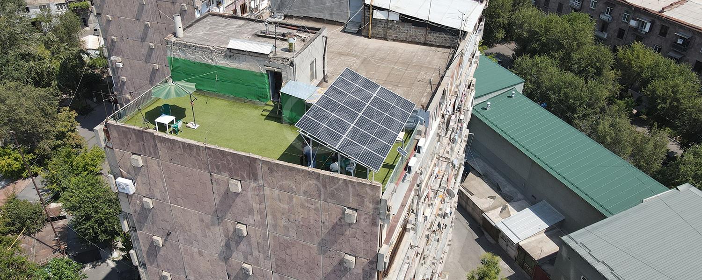 Արևային վահանակներով կառուցված ծածկ, բիսեդկա Երևանում։ Արևային համակարգը կապավովի ընտանիքին ավելի քան 330 000 դրամ տարեկան խնայողությամբ։